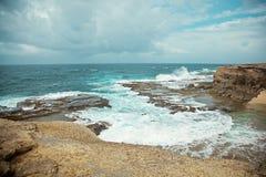 Recifes e rochas no tempo nublado da costa foto de stock royalty free