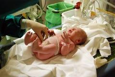 Recién nacido: primer examen Imágenes de archivo libres de regalías