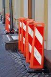 Recinti della via sotto forma di colonne arancio alte di plastica Fotografia Stock Libera da Diritti