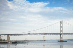 Recinti il ponte sopra l'estuario di avanti, attraversando fra Fife e Edimburgo al crepuscolo Fotografia Stock