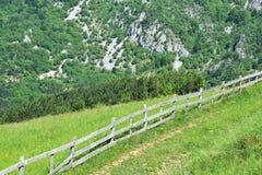Recinti la valle della montagna Duringsunrise agricolo del paesaggio Immagine Stock Libera da Diritti