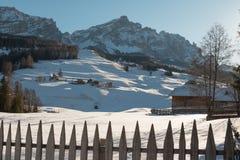 Recinto, Camere e montagne di legno con neve in Europa: Dolomia Fotografie Stock Libere da Diritti