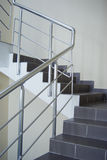 Recinto con el pasamano metálico de la escalera Foto de archivo