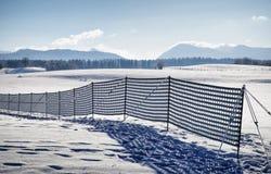 Recinto contro il cumulo di neve Fotografia Stock