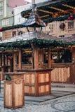 Recinto de diversão iluminado do Natal com o quiosque de madeira com muitas decorações brilhantes, sem logotipos fotos de stock royalty free