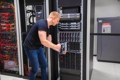Recinto de la cuchilla de Installing Server Into del ingeniero informático Fotografía de archivo