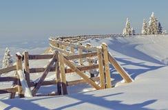 Recinto de madera en invierno Foto de archivo libre de regalías
