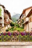 Recinto decorato con i vasi di fiore nel Levico Terme, un villaggio nelle alpi italiane Immagini Stock Libere da Diritti
