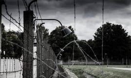 Recinto del campo di concentramento Rete del filo spinato e recinzione elettrica Genocidio, olocausto, guerra mondiale, progettaz fotografia stock libera da diritti