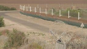 Recinto del confine fra Israele e la Cisgiordania recinto elettronico del filo spinato stock footage