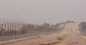 Recinto del confine fra Israele ed il Libano filo spinato e recinto elettronico stock footage