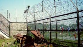Recinto del filo spinato al parco di pace di Imjingak con i nastri di pace allegati stock footage