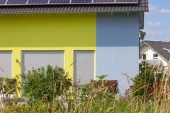 recinto del giardino di architettura moderna della casa in campagna rurale a Immagini Stock Libere da Diritti
