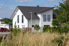 recinto del giardino di architettura moderna della casa in campagna rurale a Fotografie Stock Libere da Diritti
