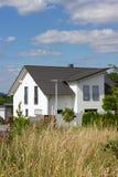 recinto del giardino di architettura moderna della casa in campagna rurale a Fotografie Stock