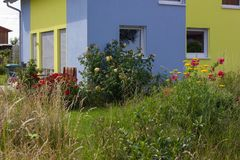 recinto del giardino di architettura moderna della casa in campagna rurale a Immagini Stock