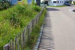 recinto del giardino di architettura moderna della casa in campagna rurale a Fotografia Stock Libera da Diritti
