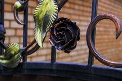 Recinto del metallo decorato con le foglie decorative del ferro battuto Immagine Stock