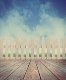 Recinto del paese pacifico e fondo di legno del cielo Fotografie Stock Libere da Diritti