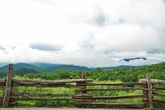 Recinto di ferrovia spaccata rustico con i mtns fumosi. nel backgr Fotografia Stock Libera da Diritti