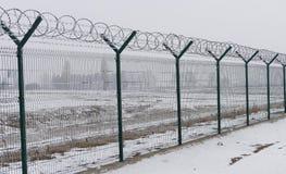 Recinto di filo metallico di Barb al giorno di inverno freddo fotografie stock libere da diritti