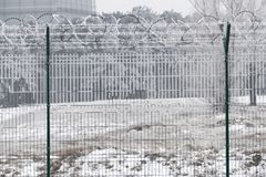 Recinto di filo metallico di Barb al giorno di inverno freddo fotografia stock libera da diritti