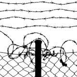 Recinto di filo metallico con i collegare pungenti Fotografie Stock Libere da Diritti