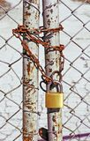 Recinto di filo metallico con una catena e una serratura immagine stock