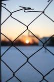 Recinto di filo metallico ed il campo da pallacanestro, orario invernale Immagini Stock