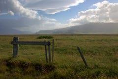 Recinto di filo metallico ed il portone di woodden in altopiani dell'Islanda Immagini Stock Libere da Diritti