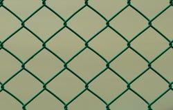 Recinto di filo metallico verde isolato sul fondo di Brown, orizzontale Immagini Stock Libere da Diritti