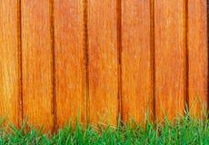 Recinto di legno dell'assicella ed erba verde Fotografia Stock