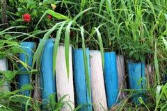 Recinto di legno fra la vegetazione fotografie stock libere da diritti