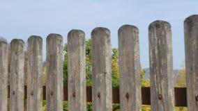 Recinto di legno grigio con le case nei precedenti stock footage