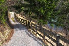 Recinto di legno lungo una strada rurale in Slovenia fotografie stock libere da diritti