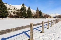 Recinto di legno su neve fresca Fotografie Stock