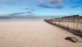 Recinto di legno sulla spiaggia vuota al tramonto Fotografie Stock
