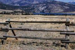 Recinto di legno vicino ad un lago nella regione selvaggia del Montana immagini stock