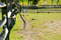 Recinto e forca di legno sull'azienda agricola Fotografia Stock