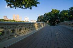 Recinto e passaggio pedonale del ponte dell'arco e rami sotto la tonalità e luce solare nella mattina Fotografia Stock