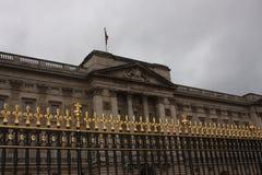 Recinto fuori del Buckingham Palace, Londra, Inghilterra Fotografie Stock Libere da Diritti