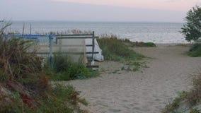 Recinto hecho a mano en orilla de mar Visión durante salida del sol almacen de metraje de vídeo