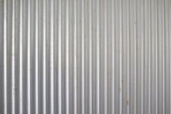 Recinto ondulato metallico di alluminio di vecchia struttura del fondo Fotografia Stock Libera da Diritti