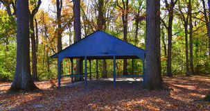 Recinto que acampa en el bosque el día del otoño foto de archivo