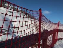 Recinto rosso di plastica rosso Metal Shadow Closeup dell'ascensore del ghiaccio della neve dell'Austria di inverno del cielo blu Fotografie Stock