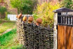 Recinto rustico decorativo del villaggio dei ramoscelli di legno Albero naturale TR immagini stock libere da diritti