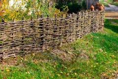 Recinto rustico decorativo del villaggio dei ramoscelli di legno Albero naturale TR fotografia stock libera da diritti