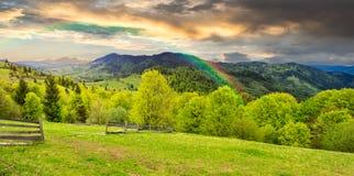 Recinto sul prato del pendio di collina in montagna ad alba Fotografia Stock Libera da Diritti