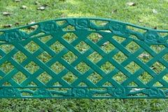 Recinto verde della griglia del metallo e campo verde Fotografia Stock