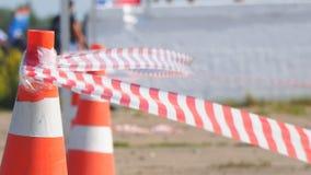 Recinzione del cono della strada e del nastro stock footage